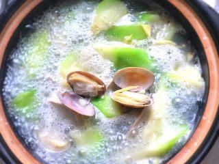蛤蜊丝瓜汤,最后加入适量的盐即可享用啦。