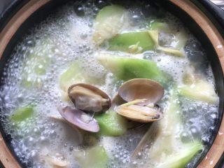 蛤蜊丝瓜汤,盖上锅盖焖煮。