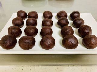 青花瓷冰皮月饼,将豆沙馅料揉成25克一个的小圆球备用。