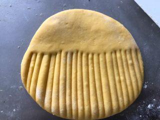 贝壳馒头,用刮刀在一半面片上面按压出条纹,条纹多一些,做出来的贝壳更漂亮。