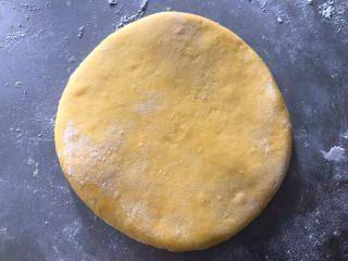 贝壳馒头,取一份小面团,轻轻按扁,然后擀开成厚薄均匀的圆形片状。厚度比一元硬币稍微厚一点。