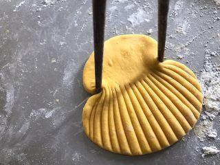 贝壳馒头,压好后用筷子夹起