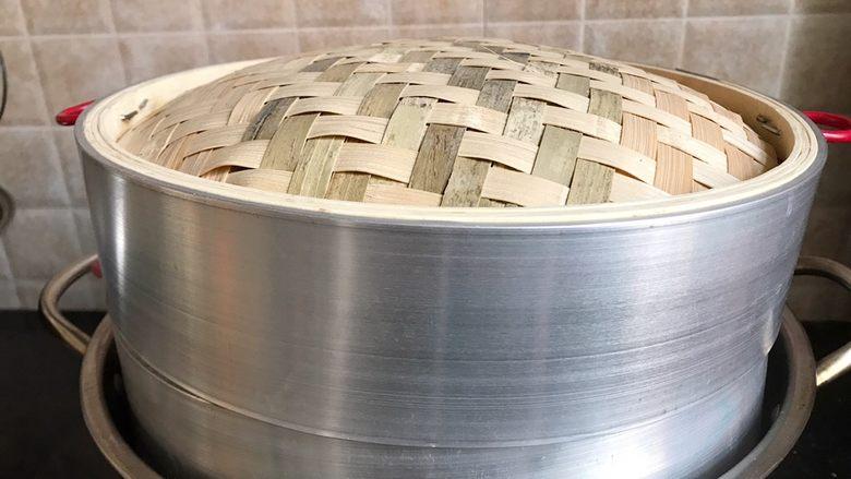 贝壳馒头,中火25分钟,馒头蒸好之后,然后闷5分钟就可以出锅了,防止瞬间开盖冷空气冲入,造成馒头热胀冷缩。