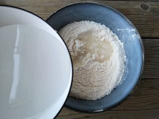 腐乳葱香饼,加入温水。