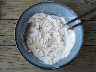 腐乳葱香饼,用筷子将面粉搅拌成雪花状。