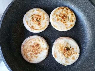 腐乳葱香饼,小火烙至一面上饼花后翻面。