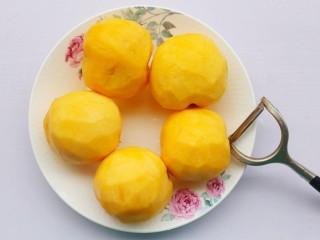 黄桃罐头,黄桃削皮。