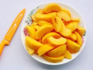 黄桃罐头,用刀沿黄桃转一圈去核,切成块。