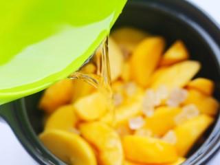 黄桃罐头,倒入水。