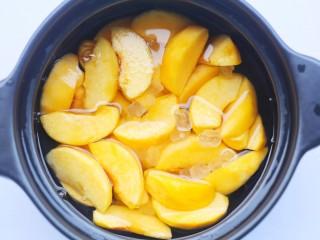 黄桃罐头,刚刚没过黄桃即可。