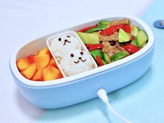 黄瓜双椒炒肉便当,中午吃的时候,提前加热一下就可以了,以后天冷再也不用吃凉饭了,想想都觉得好开心。