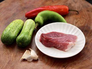 黄瓜双椒炒肉便当,首先把黄瓜和青红尖椒洗净,米饭提前蒸熟备用。