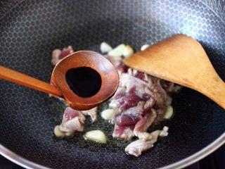 黄瓜双椒炒肉便当,倒入生抽调味调色。