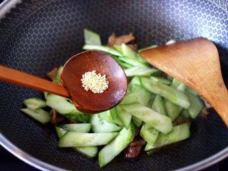 黄瓜双椒炒肉便当,再加入鸡精增加口感。