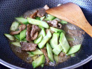 黄瓜双椒炒肉便当,大火继续翻炒至黄瓜变色断生。