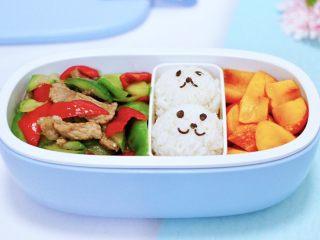 黄瓜双椒炒肉便当,再把炒好的黄瓜双椒炒肉,盛入便当盒里就可以了。
