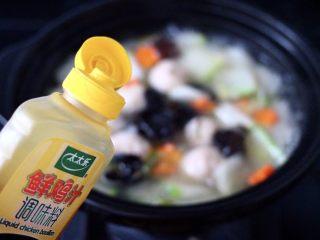 墨鱼丸子冬瓜木耳煲,看见锅中汤汁浓稠时,加入鲜鸡汁。