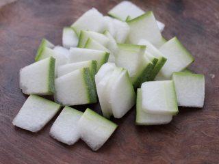 墨鱼丸子冬瓜木耳煲,冬瓜洗净后切成薄片。
