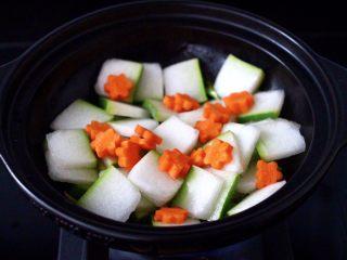 墨鱼丸子冬瓜木耳煲,放入冬瓜片,大火快速翻炒均匀,加入胡萝卜,继续大火翻炒片刻。