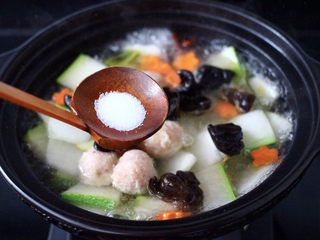 墨鱼丸子冬瓜木耳煲,根据个人口味,加入适量的盐调味。