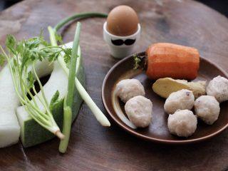 墨鱼丸子冬瓜木耳煲,首先备齐所有的食材。
