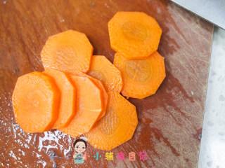 6个月以上辅食虾仁胡萝卜泥,胡萝卜去皮切片