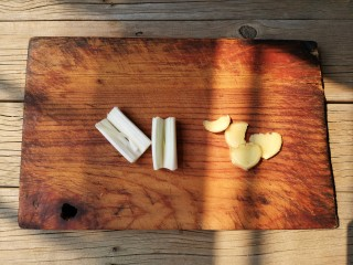 东北酱大骨,葱白切段,姜切片备用。