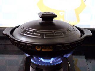 干煸烤肠茄条双椒,盖上锅盖大火烧开后转小火烧制。