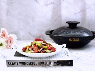 干煸烤肠茄条双椒,香味浓郁又好吃的干煸烤肠茄条双椒出锅咯。