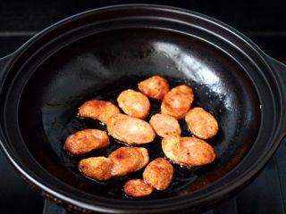 干煸烤肠茄条双椒,把两面煎至金黄色即可盛出备用。