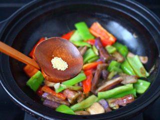 干煸烤肠茄条双椒,再放入鸡精增加口感。