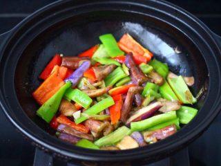 干煸烤肠茄条双椒,加入切条的青红尖嘴,大火继续快速翻炒均匀。