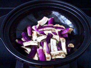 干煸烤肠茄条双椒,这个时候加入茄条,大火快速翻炒。