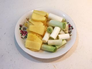 驴肉火烧,鲜姜切成小片,大葱切成段