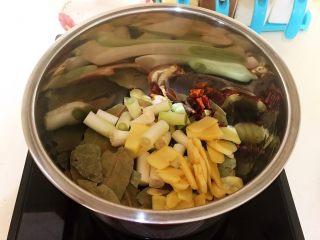 驴肉火烧,加入葱姜继续煸炒1分钟