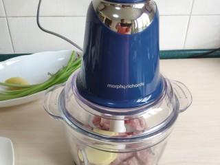 清汤莲藕丸子,猪肉和莲藕块一起放入绞肉机打成肉泥。