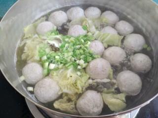清汤莲藕丸子,丸子浮起来就熟了,加入蒜苗碎马上关火。