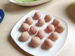 清汤莲藕丸子,然后团成圆圆的小丸子。