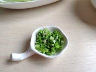 清汤莲藕丸子,准备少许香菜或者蒜苗,切成碎末。