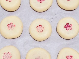 玫瑰鲜花饼,用木印章蘸少许红色素后,印在饼胚中心的位置