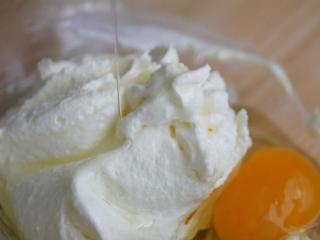 柠檬糖霜磅蛋糕,两颗鸡蛋也是分次加,每加一颗打约30秒,或直到看不见蛋液為止才能再加另一颗
