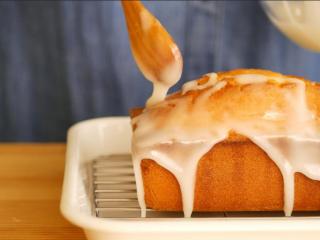 柠檬糖霜磅蛋糕,最后,取一个小碗加入筛过的糖粉,再倒入15克的柠檬汁充份搅拌,然后淋在已经涂了糖浆的磅蛋糕上,待糖霜乾透即可享用,建议冰过后再吃,风味绝佳