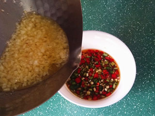 蒜香青口贝,再趁热淋入辣椒碗中拌匀,美味的蒜蓉蘸料就做好了