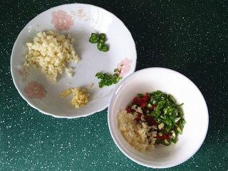 蒜香青口贝,将青红椒碎丁和部分蒜蓉等放入小碗中,余下蒜蓉放另一盘中,如图