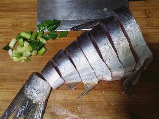冬日暖心菜  砂锅焗鱼块,鱼身改刀切大块,宽度比手指略宽最好,葱姜切好备用