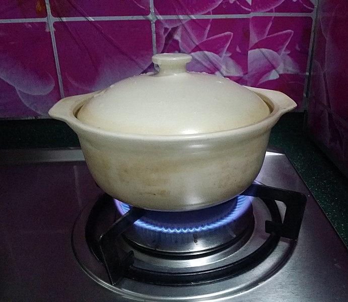 冬日暖心菜  砂锅焗鱼块,加盖大火、快速焖焗鱼块