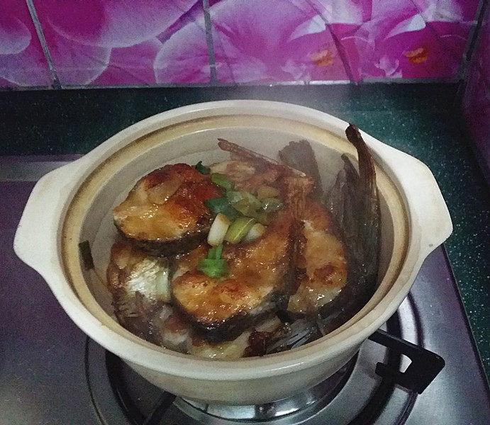 冬日暖心菜  砂锅焗鱼块,待砂锅中的水分渐干,滋滋声音变小时,打开锅盖