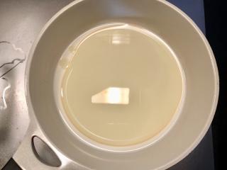抹茶蛋糕卷,10克糖加牛奶和油放入奶锅,小火加热,边加热边搅拌,直到糖完全融化,待冷却