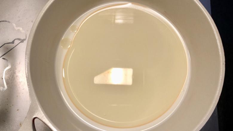 抹茶蛋糕卷,10克糖加<a style='color:red;display:inline-block;' href='/shicai/ 219'>牛奶</a>和油放入奶锅,小火加热,边加热边搅拌,直到糖完全融化,待冷却