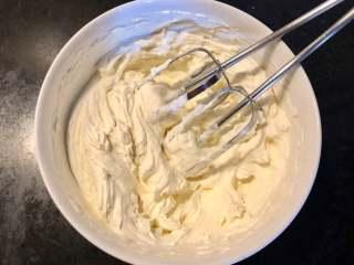 抹茶蛋糕卷,奶油打至8分发左右